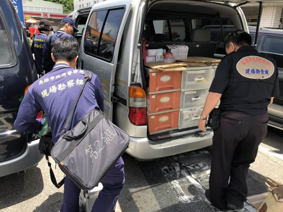 24日上午11時30分檢察官會同法醫及鑑識人員於市立殯儀館相驗解剖室開袋驗屍。(洪浩軒攝)