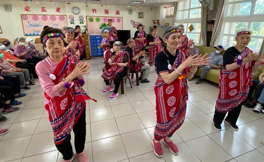 老五老基金會新竹中心為長輩設計舞蹈互動課程,長輩「心情溫度計指數」平均降低1.9分,憂鬱感受有顯著改善。(陳育賢攝)