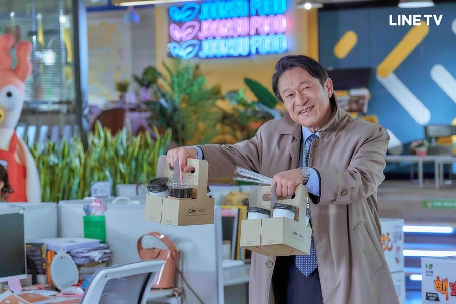 资深演员金应洙在剧中成为低声下气的实习生。(LINE TV提供)