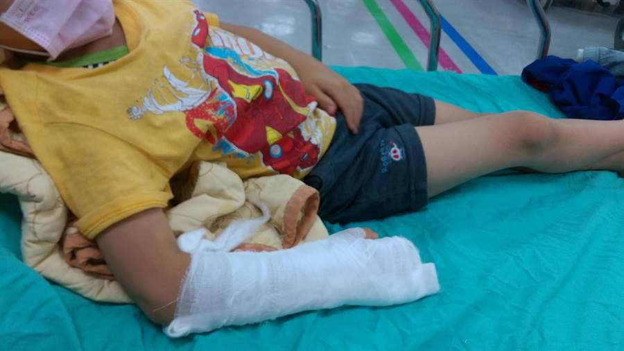 高雄大寮區一所幼兒園園長疑似對學生施暴,將孩子雙手180度前後反覆凹折造成孩童手部骨折。(翻攝畫面/洪浩軒高雄傳真)