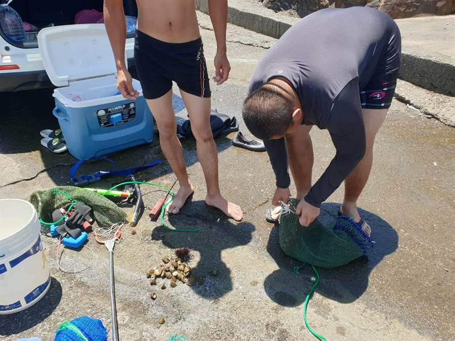 兩名男子在養殖場潛水引人疑竇,偷竊海膽及海螺遭警當場就逮。(瑞芳警方提供/許家寧新北傳真)