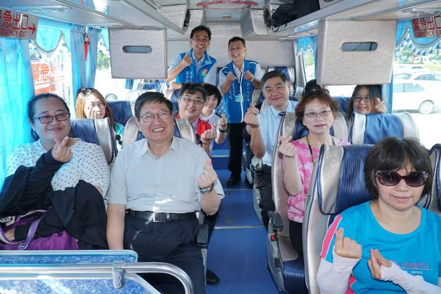 新竹縣振興觀光首發團24日出發,前往新竹縣內各知名景點旅遊。(莊旻靜攝)