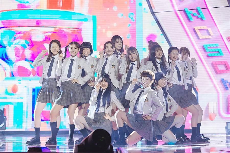 《菱格世代DD52》當中平均年齡只有18歲的「粉紅梅花」穿著制服出場,演唱戀愛歌曲「告訴你一個秘密」,整齊劃一的動作加上可愛的表情獲得導師們的高度讚賞。