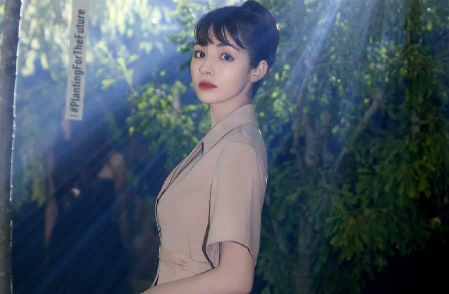 新疆最美人妻麥迪娜連體褲炸美腿!辣度更勝迪麗熱巴(圖/摘自微博@麦迪娜)