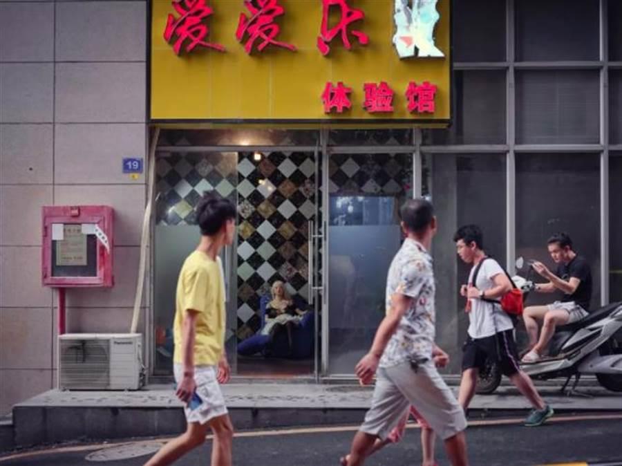深圳市龍華區富士康廠區附近有一家硅膠娃娃(充氣娃娃)體驗館。(微信公眾號極晝工作室)