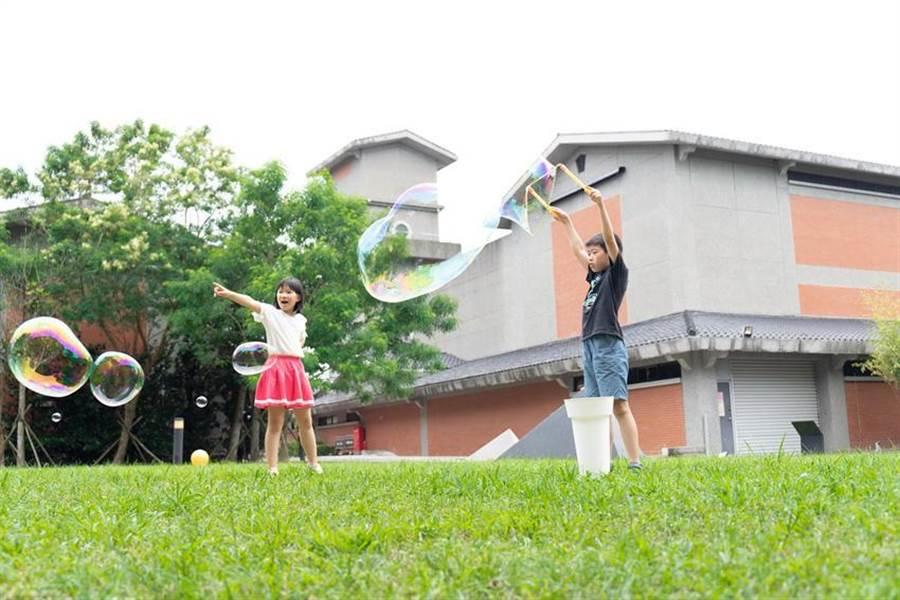 宜蘭傳藝老爺行旅推「老爺童樂匯」住房專案,提供古早童玩供旅人互動玩樂。圖/老爺行旅提供