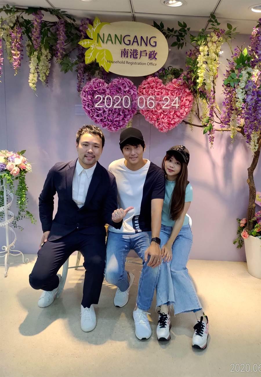 陈威全(左起)、许书豪、Amy开心合影。(上行娱乐提供)