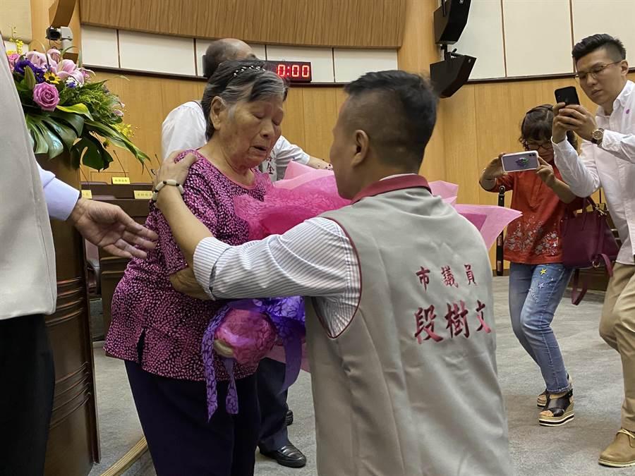新科桃園市議員段樹文曾是十大槍擊要犯,24日宣誓就職後,當場下跪獻花給92歲的母親黃閑妹,哽咽允諾會好好做事。(蔡依珍攝)