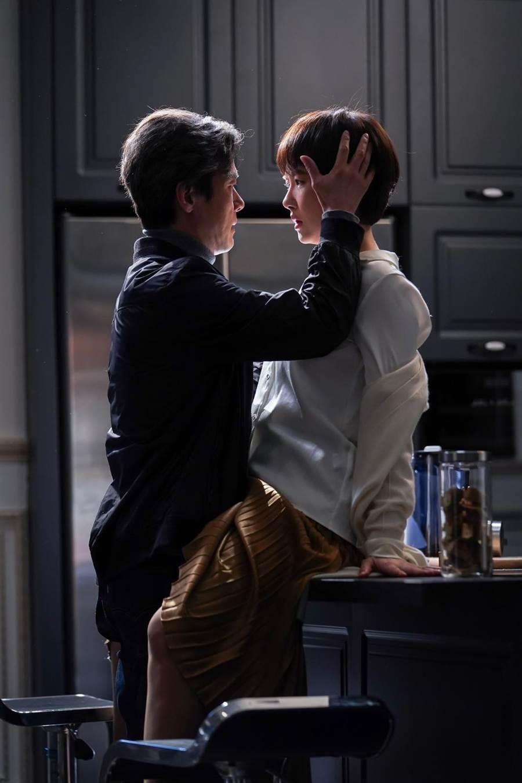 實力派演員甘宇成、金宣兒在劇中受到命運的牽引,情不自禁墜入愛河。(中天娛樂台提供)
