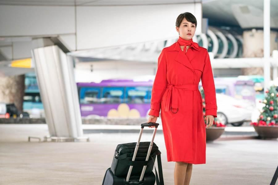 南韓女星金宣兒在《能先接吻嗎》中飾演害怕孤單終老的失婚空姐安純真。(中天娛樂台提供)