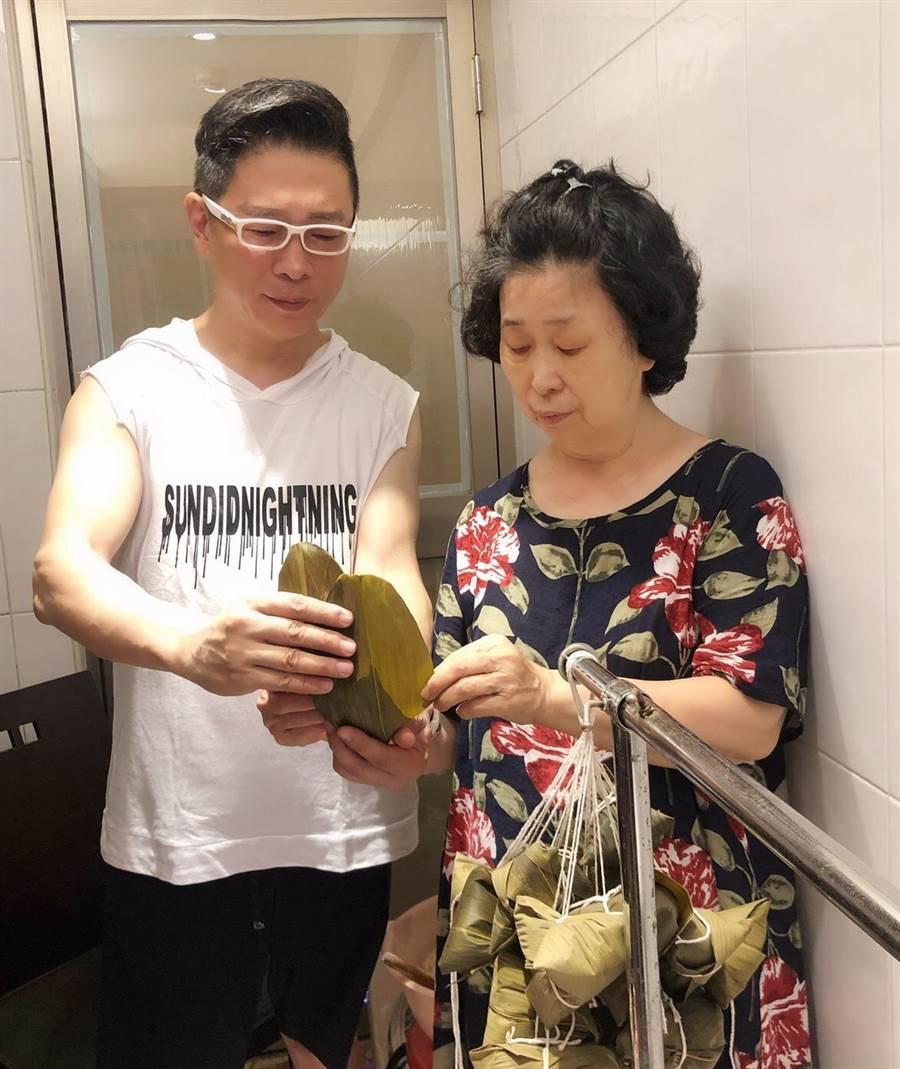 朱正生(左)端午節跟姊妹學包粽子,分享給朋友。(朱正生提供)
