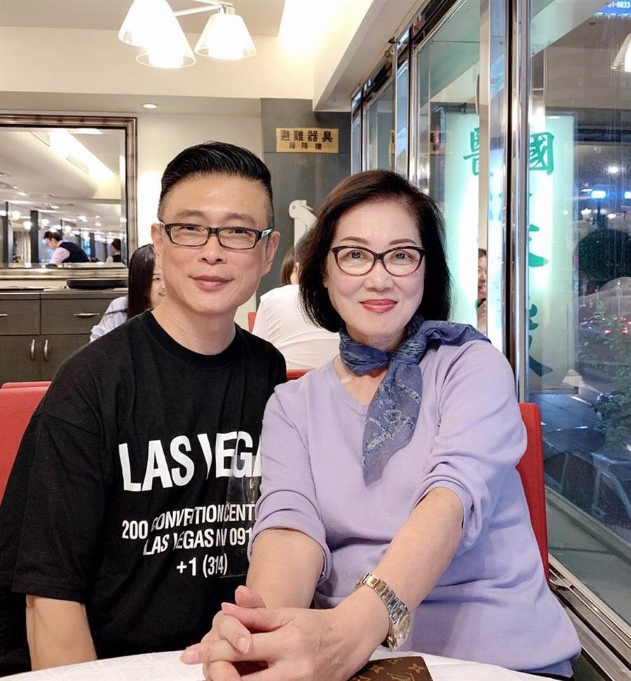 朱正生(左)與彩妝啓蒙恩師石美玲(朱正生提供)