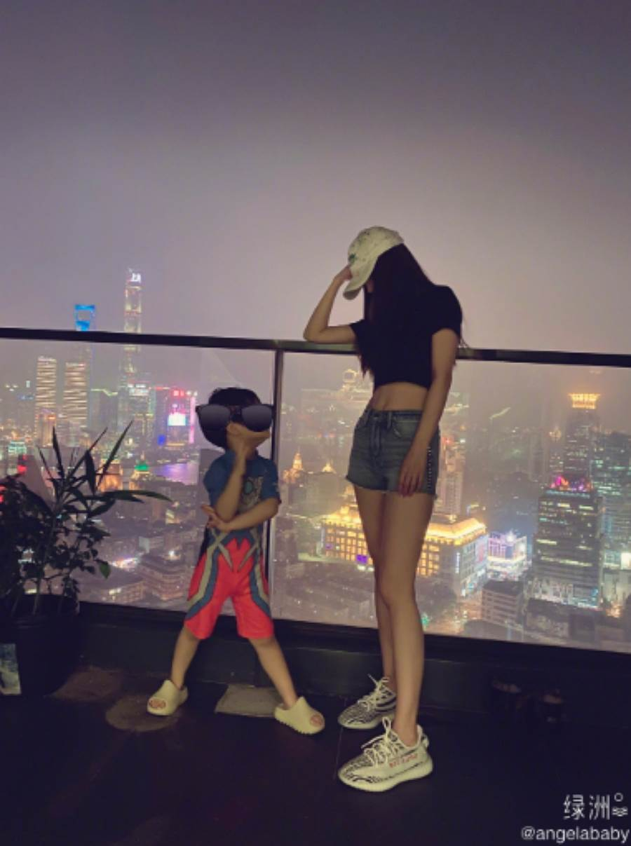 今(24)日Angelababy晒出亲子照,粉丝一看超惊吓,因为3岁的小海绵火速抽高。(图/ 摘自杨颖微博)