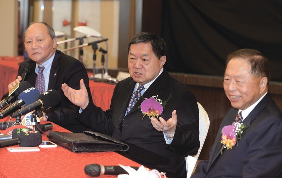 亞泥23日舉行股東常會,董事長徐旭東(中)出席表示,新冠肺炎疫情對台灣水泥業影響相對有限,預計今年表現與去年相當,全年的營運會是正向樂觀。圖/王德為