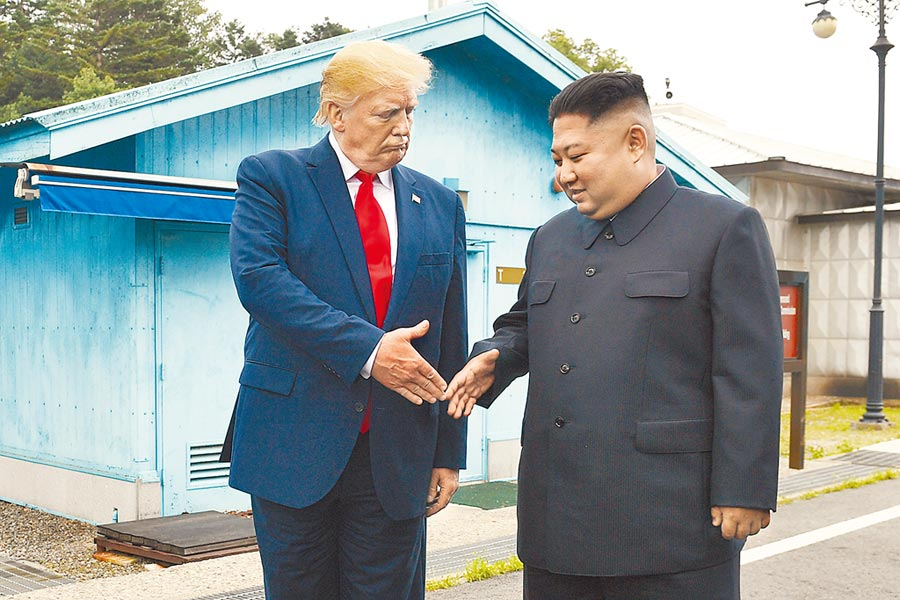 波頓新書在談到朝鮮半島時,指北韓去核化問題始終在白宮占重要地位。圖為美總統川普去年6月訪兩韓非軍事區,與金正恩握手。(美聯社)