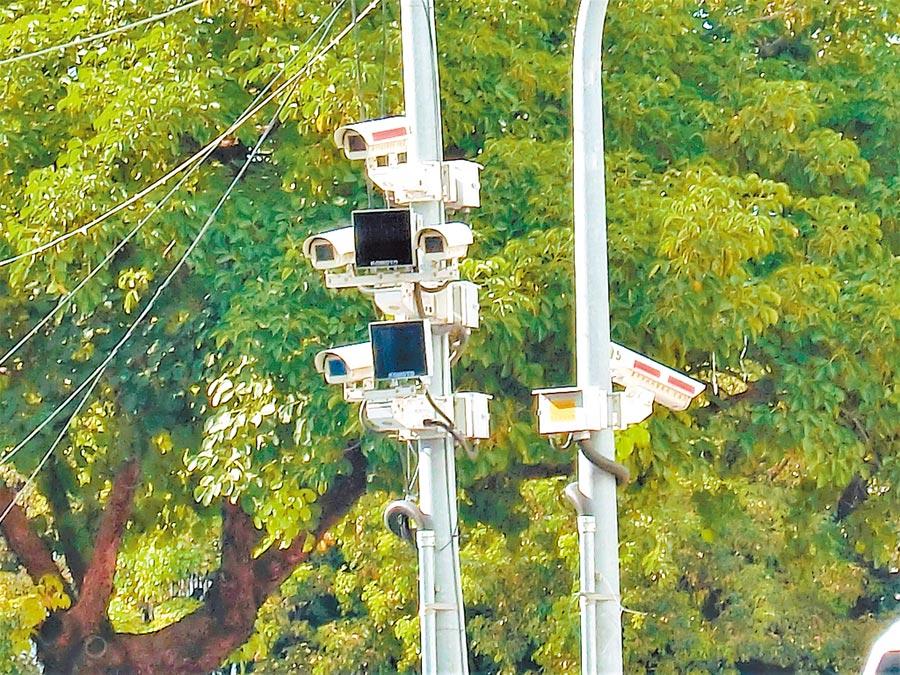 台中市截至2019年底在各路口建置6564組、2萬8225支錄影監視鏡頭,打造「電子城牆」。(盧金足攝)