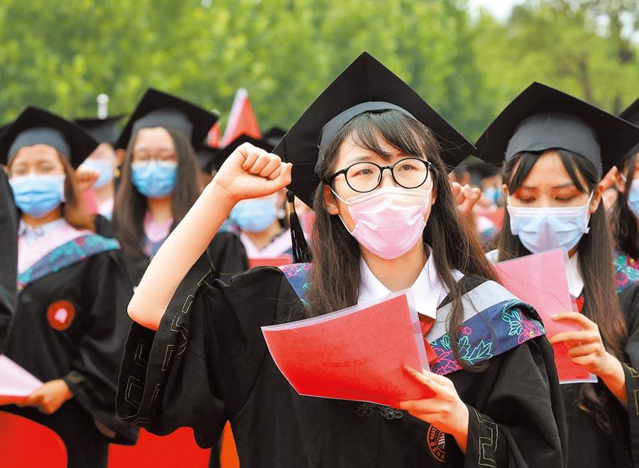 上海華東師範大學,畢業生舉行宣誓儀式。(新華社資料照片)