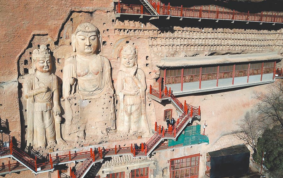 麥積山石窟是中國四大石窟之一,因其山形似麥垛而得名,現存窟龕221座。(新華社)
