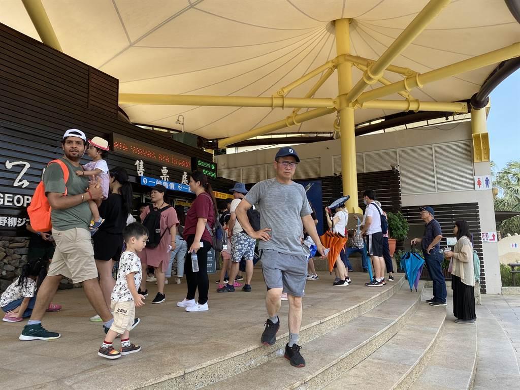 野柳地質公園日遊園人次從往日的500人升至2000人,漲幅約4倍。 (張睿廷攝)