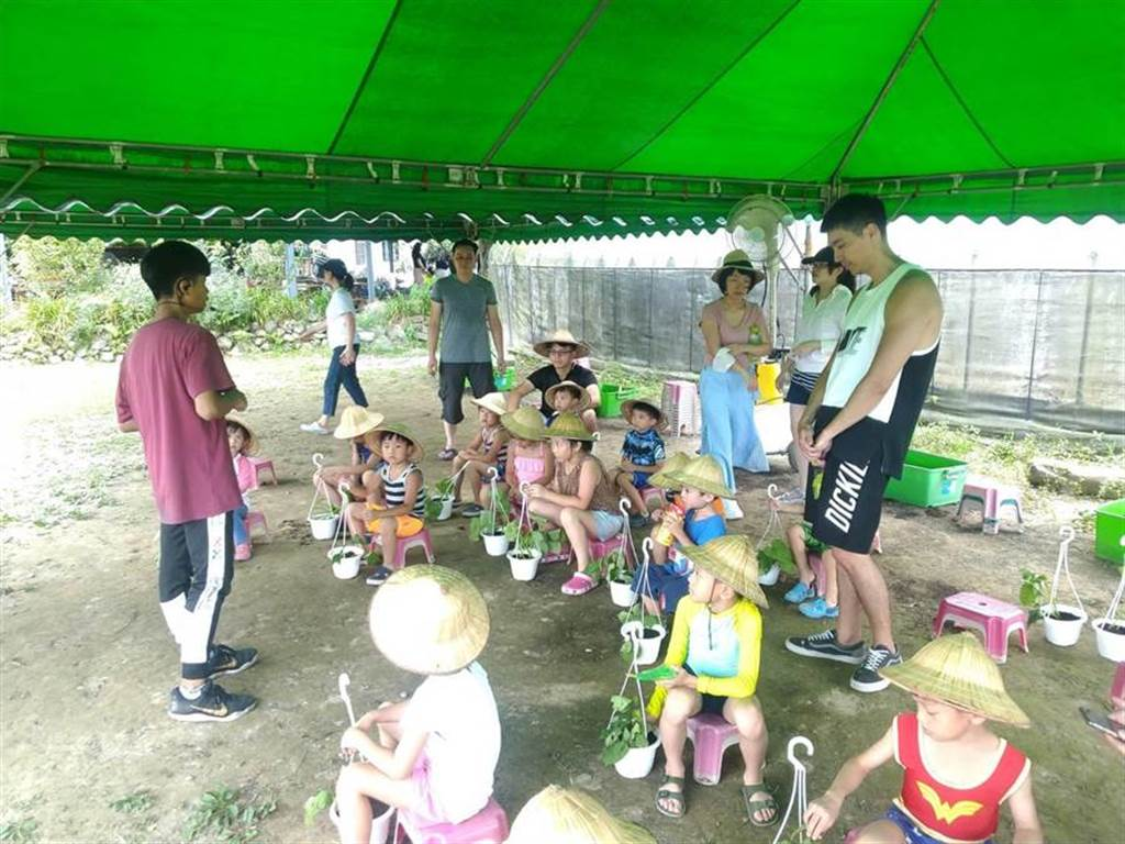 金山汪汪地瓜園課程有趣,吸引許多家長趁著假期帶孩子們到地瓜園體驗,度過美好假期。(張睿廷攝)