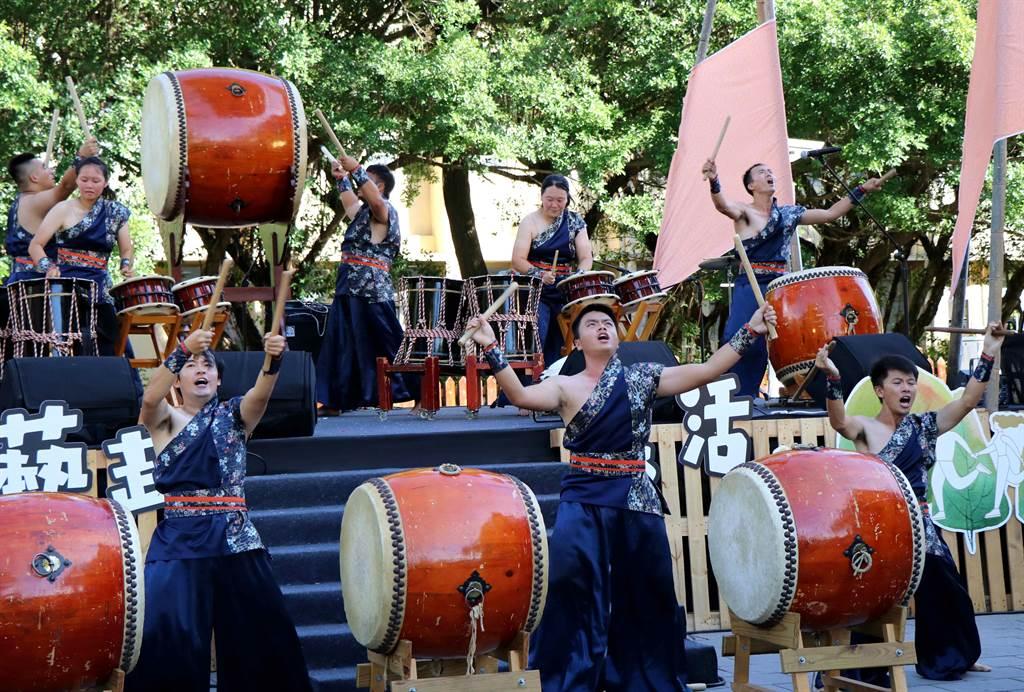 嘉義市「2020嘉義藝術節」25日下午舉行開幕式,由太日樂集、聲動樂團及身聲劇場為藝術節揭開序幕。(呂妍庭攝)