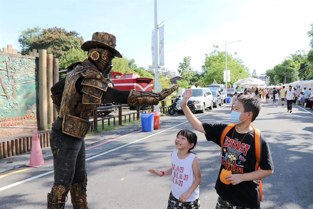 端午連假第1天,嘉義市「2020嘉義藝術節」已吸引不少民眾到場參與,小朋友開心與街頭藝人互動。(呂妍庭攝)