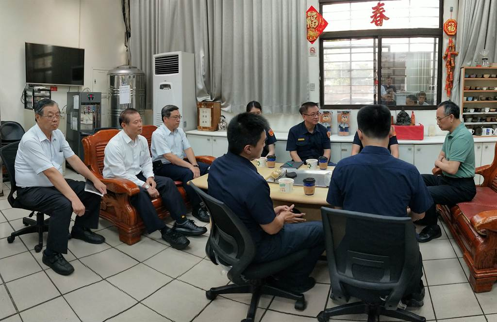 警政署長陳家欽(右)25日南下慰問高雄警察局警員,他與大家開會、話家常。(警方提供/林瑞益高雄傳真)