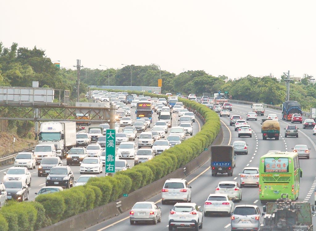 端午連假開始,國道3號龍潭交流道24日下班時刻,南下北上車流湧現。(陳怡誠攝)