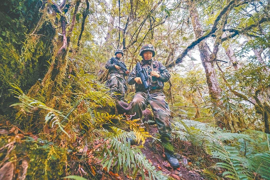 中印邊境的西藏玉麥邊防派出所官兵,穿越叢林巡邏。(中新社資料照片)