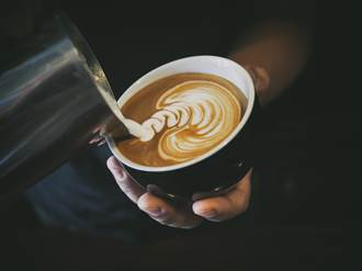 老熟男愛慕同事女 自製「嘉明味咖啡」獻殷情