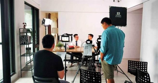 游庭皓也會邀請名人專家一起開直播聊財經。(圖/游庭皓提供)