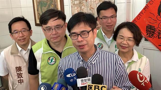 民進黨高雄市長參選人陳其邁(中)今重申,高雄他從小住到大,知道交通環節跟問題出在哪。(柯宗緯攝)