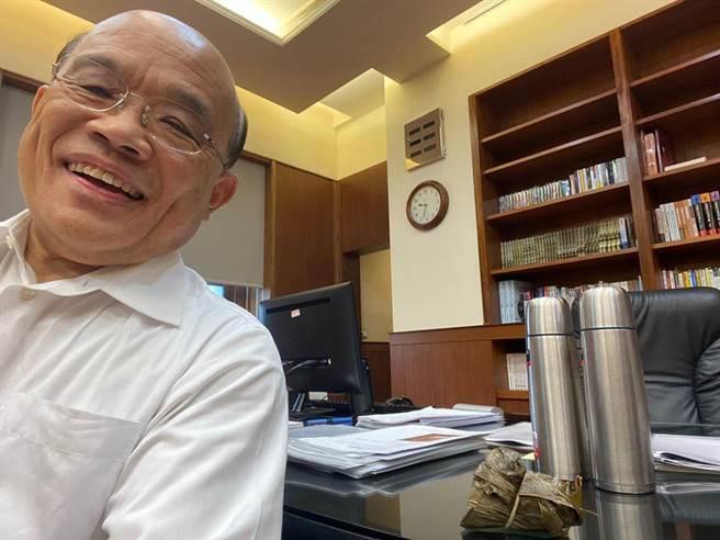 行政院長蘇貞昌與太太準備的粽子、熱茶自拍。(圖/摘自蘇貞昌臉書)