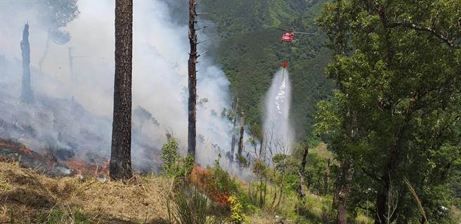 馬武佐野郡山火燒山持續擴大,山頭不斷冒出白煙,空勤總隊持續出動直升機投水灌救。(東勢林區管理處提供/王文吉台中傳真)