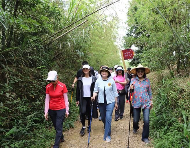 雲嘉大尖山、二尖山步道是雲林縣必訪步道的第1名,雲林縣長張麗善(前左三)也率縣府一級主管踏訪。(許素惠攝)