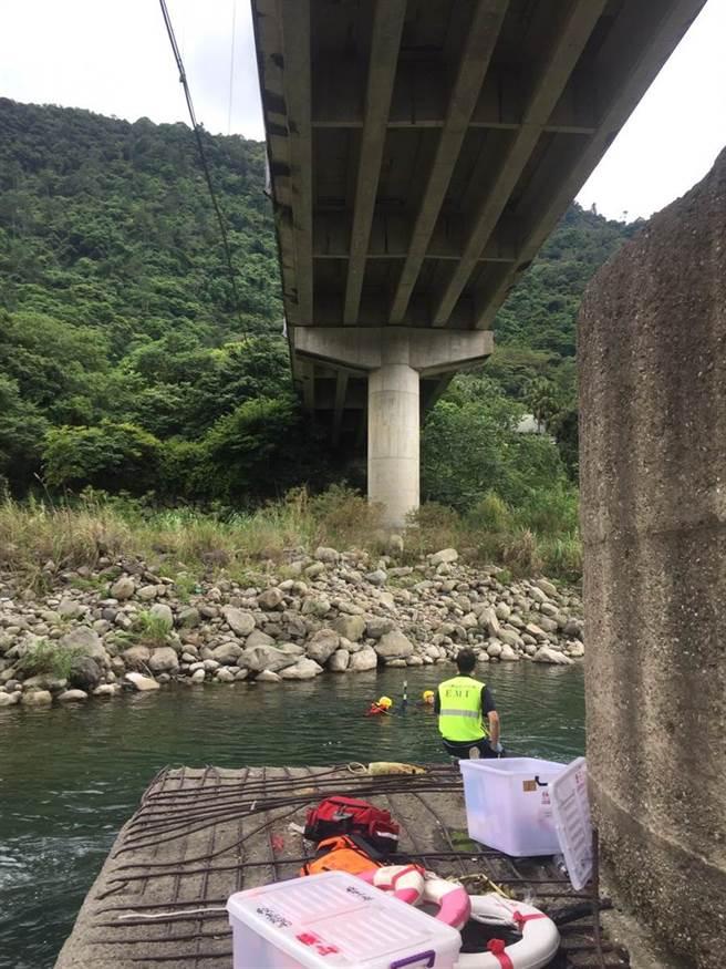 2名高中生於內灣大橋下跳水後,即不見蹤影,新竹縣消防局立即派員前往搶救。(翻攝照片/莊旻靜新竹傳真)