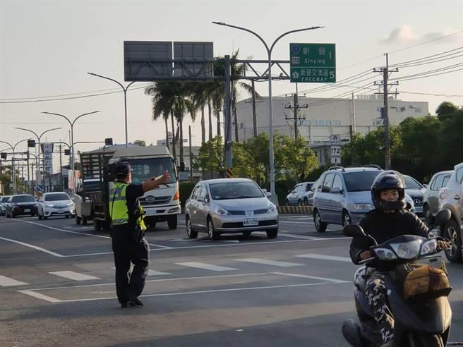 台南市警察局白河分局連假期間於交通要道加強疏導。(台南市警察局白河分局提供/劉秀芬台南傳真)