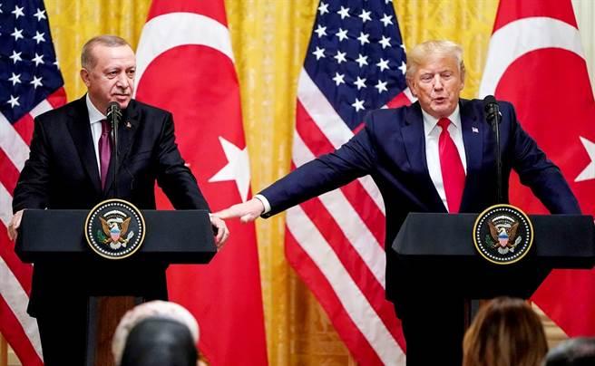 白宮前國安顧問波頓(John Bolton)新書爆料美國總統川普承諾土耳其總統艾爾段,會找自己人「處理」美檢調查土國國營銀行一案,遭土耳其痛批「誤導」、「操弄」。圖為川普2019年11月在白宮接待艾爾段來訪的資料照。(資料照/路透社)