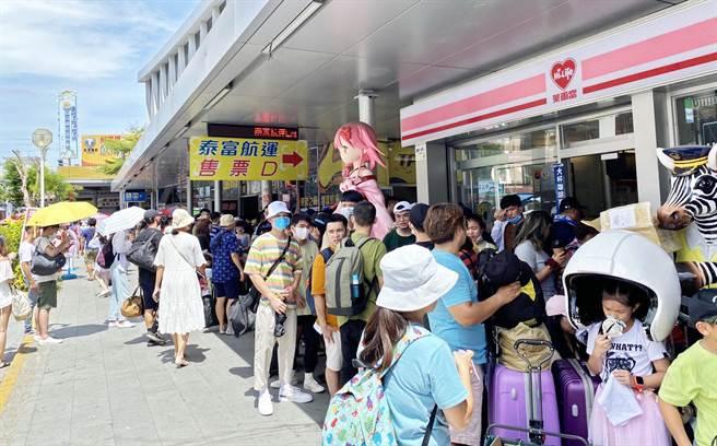 東港東琉碼頭擠滿準備到小琉球旅遊的民眾。(林和生攝)