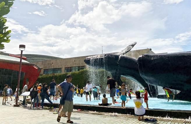 端午連假首日,海生館湧進眾多旅客。(林和生攝)
