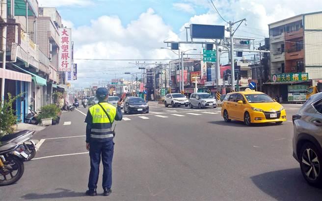 枋寮鄉五叉路口一早就湧進南下車潮,員警隨即派員交管並實施調撥車道。(林和生攝)
