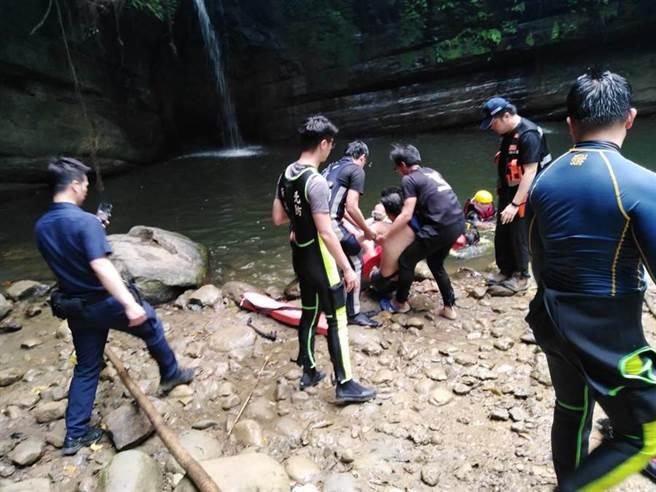 新北平溪區的望古瀑布,25日有一男子浮潛失蹤,尋獲已無呼吸心跳。(瑞芳警分局提供/吳康瑋新北報導)
