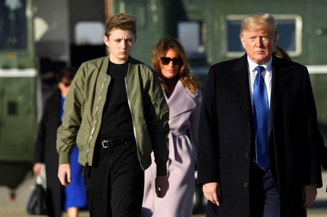 美國美食台頻道節目主持人韓森(John Henson)玩笑開過頭了,21日美國父親節這天,他在推特暗諷川普的小兒子、14的拜倫(Barron Trump)並非親生,遭美國第一夫人梅蘭妮亞回嗆「不適當且缺乏敏感度」。(資料照/美聯社)