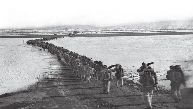 1950年10月中國人民志願軍「雄赳赳、氣昂昂」跨過鴨綠江,開啟了抗美援朝的序幕。(新華社)