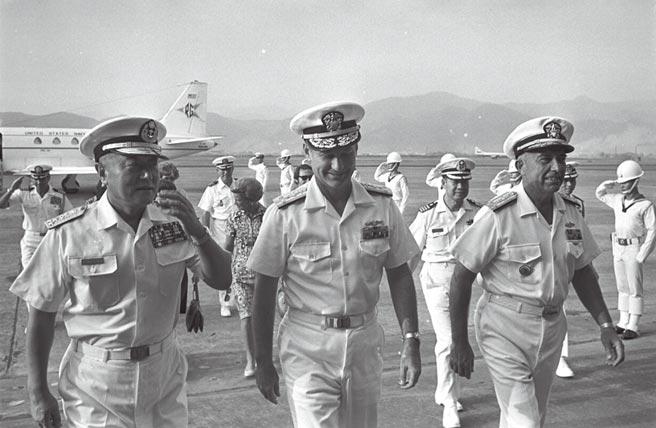 70年前的今天,北韓軍隊越過邊境攻擊南韓,韓戰正式爆發,這場戰爭改變美國的東亞戰略,也奠定兩岸分治局面。圖為1973年美國第七艦隊司令史迪爾中將夫婦抵台訪問。(本報資料照片)