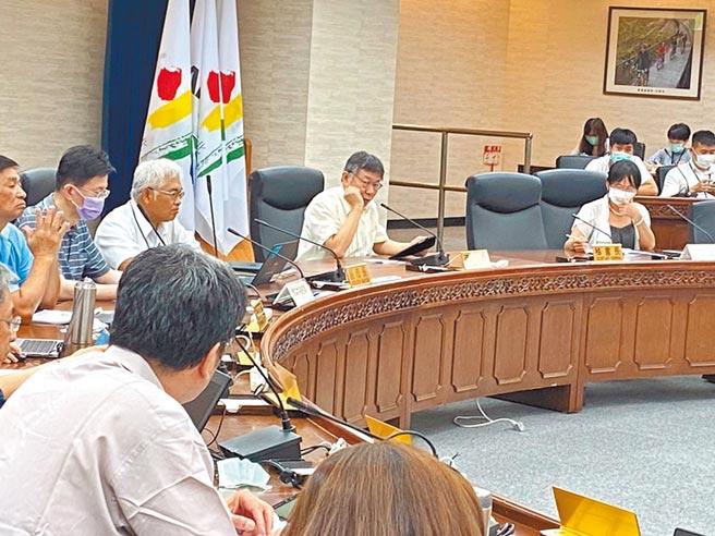 台北市長柯文哲24日下午主持公安會報,針對遠雄在大巨蛋張貼消音棉,要求建管處說明。(游念育攝)