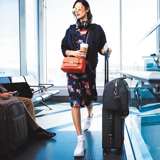 超模貝拉哈蒂德以碎花洋裝混搭的功力,打造時髦輕旅行模樣。(Michael Kors提供)