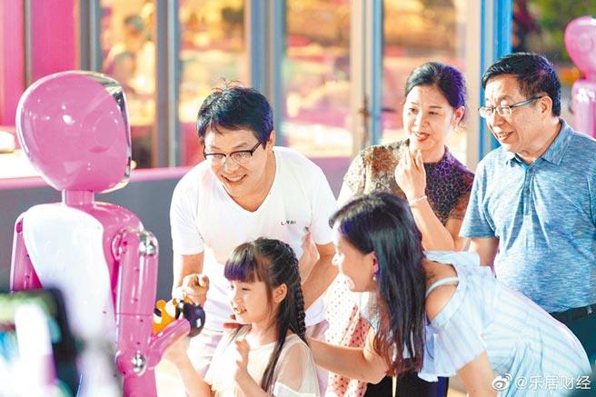 碧桂園機器人餐廳各類烹飪機器人製作炒菜、煲仔飯、點心、飲品等。(取自新浪微博@樂居財經)