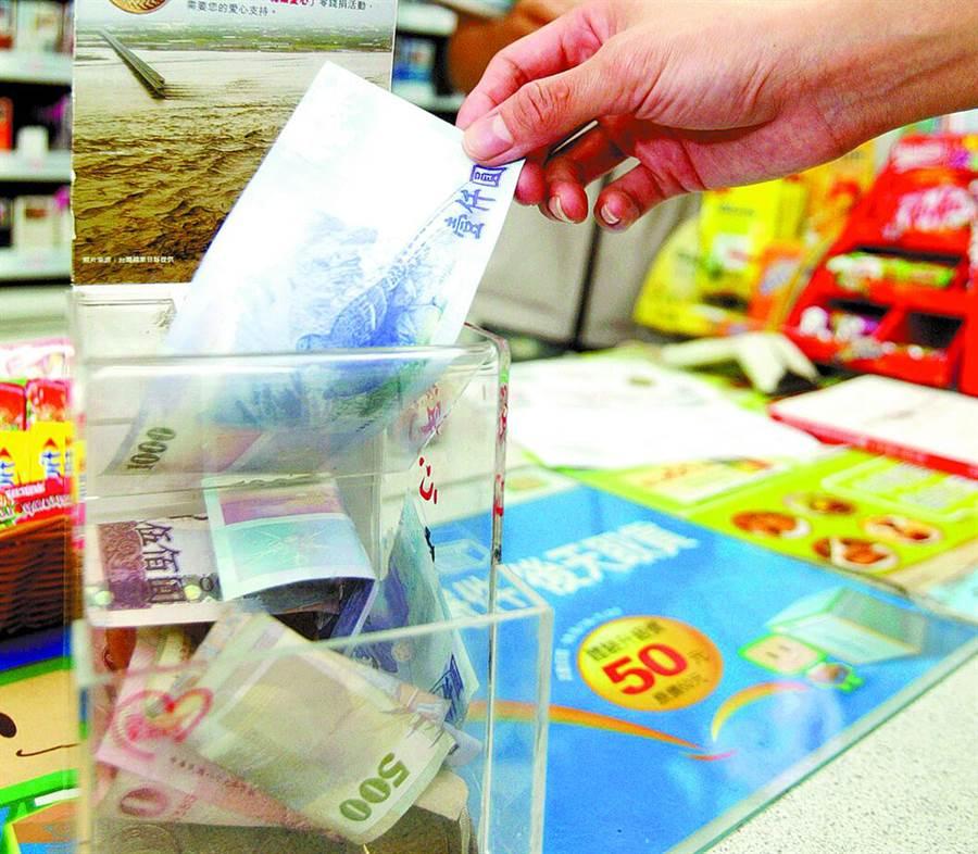 超商零錢捐常有「千元鈔」?店員反曝暗黑真相(示意圖/本報資料照片、陳麒全攝)