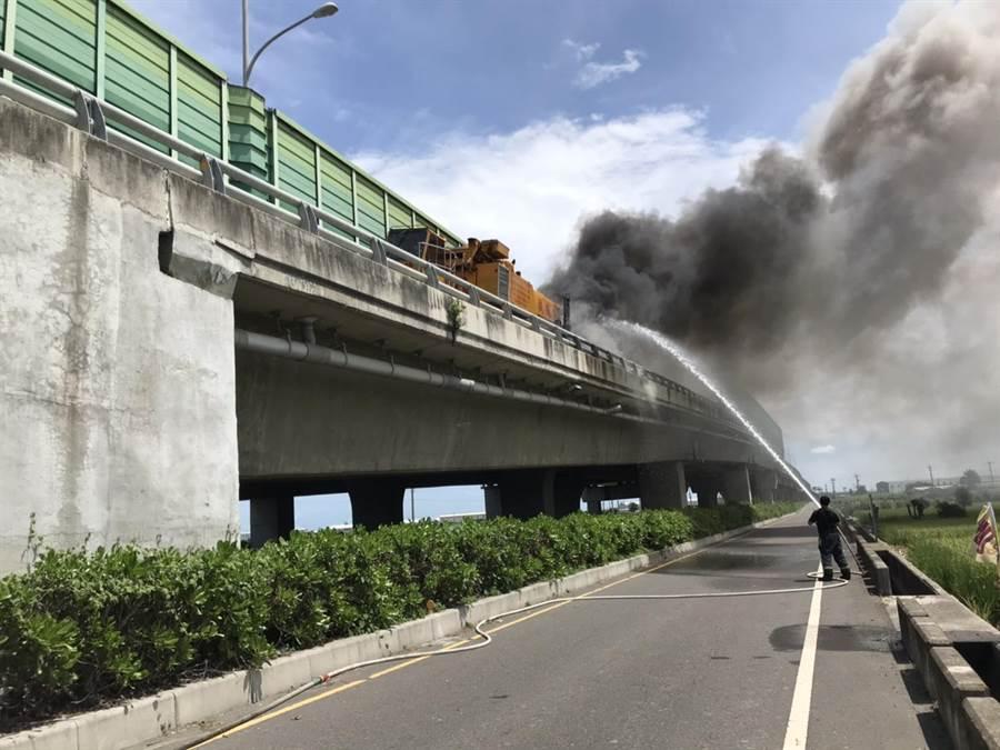 西濱公路大型吊車火燒車。(彰化縣消防局提供/吳敏菁彰化傳真)
